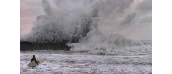 Surfen Sie im Baskenland auf großen Wellen
